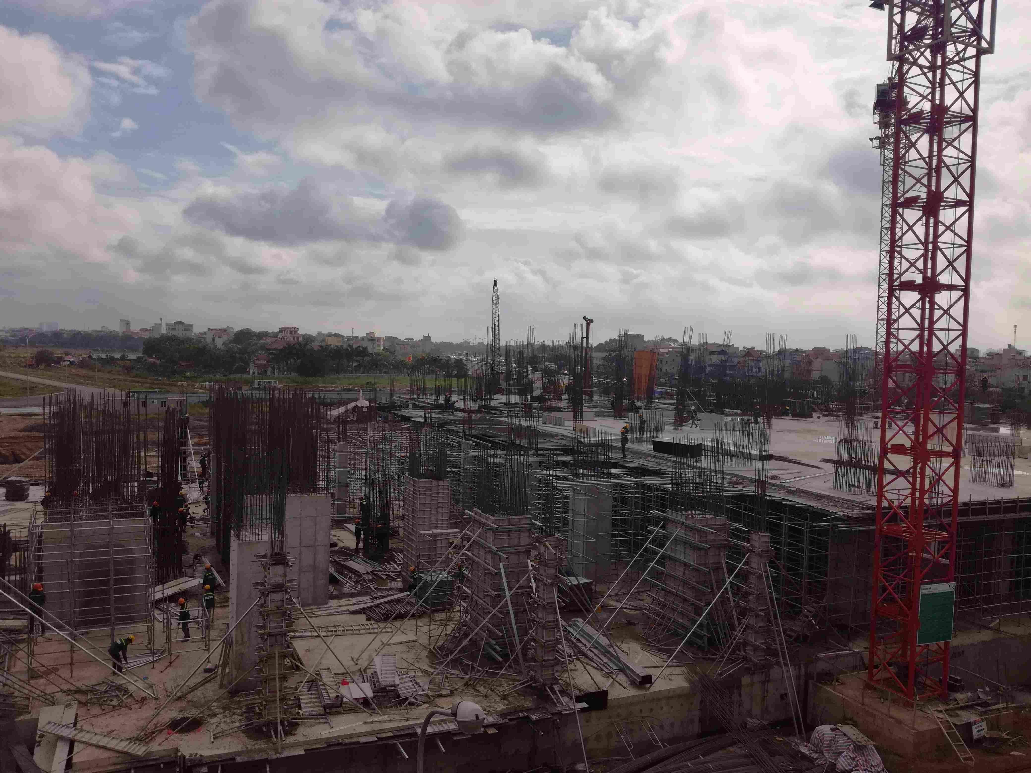 Công nhân đang tích cực hoàn thành trần tầng 2