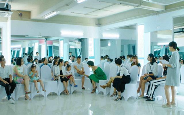 Xuan Lan cùng các huẫn luyện viên tiếp xúc, nói chuyện phụ huynh